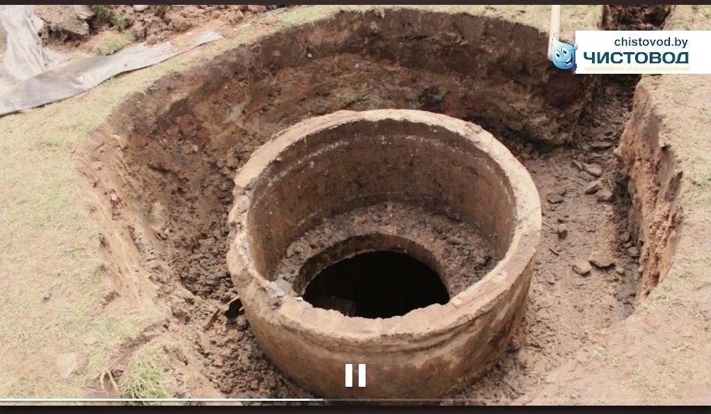 Старый бетонный септик без верхнего кольца