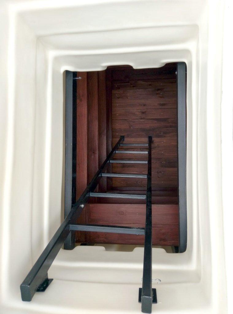 Пластиковый погреб Чистовод Минск - вид спуска по лестнице