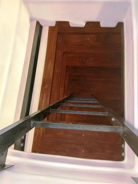 Вид изнутри пластикового погреба, деревянные полки, металлическая лестница завода Белтехагропласт