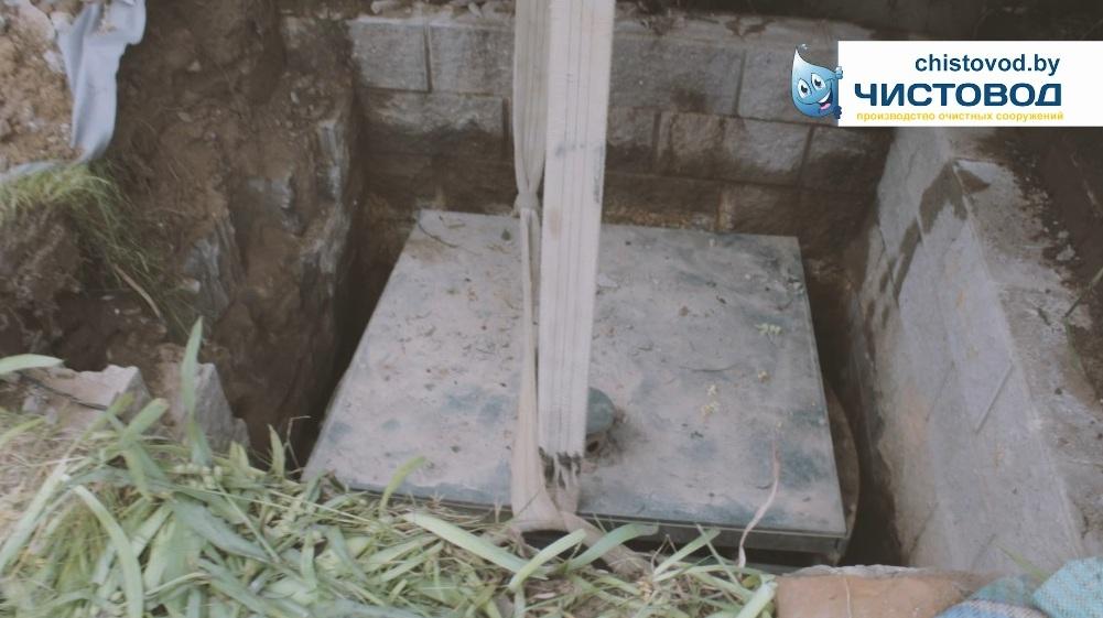 Убираем мы, так решил хозяин, старый пластиковый септик из ямы знакомой квадратной конструкции