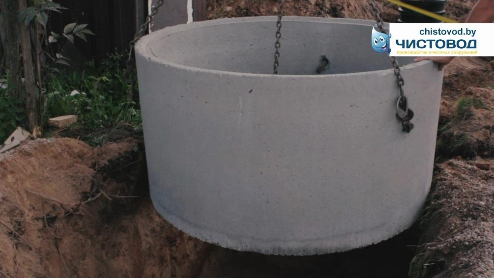 Устанавливаем бетонные кольца дренажного колодца