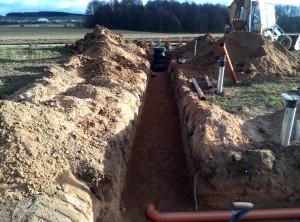 Траншея к септику для канализации на даче